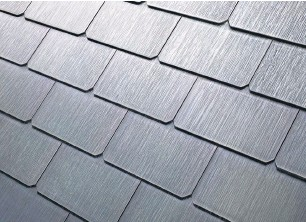 ?? TESLA INC VIA AP ?? The glass tiles are designed to look like a traditional roof, with options that replicate slate or terracotta tiles.