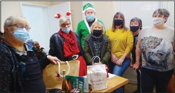 ??  ?? Edith Clot, responsable, Jocelyne Robert, Brigitte Bodros, Carlos Pirés, Sandrine Roptin, Pascale Preiss bénévoles et Patricia, bénéficiaire du colis de Noël.