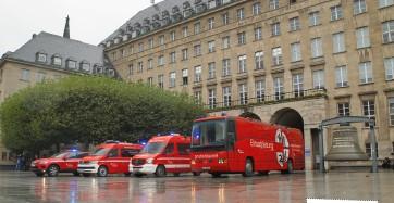 ??  ?? Die unterschiedlichen Führungsmittel der BF Bochum sind auf dem Rathausvorplatz in Stellung gegangen: Kdow des A-dienstes auf VW Touareg, ELW 1 auf VW T6 des Zugführers, ELW 1 auf Mercedes Sprinter des B-dienstes und der ELW 3 auf Mercedes O 404. In Bochum wird das auf einem gebrauchten Reisebus ausgebaute Fahrzeug als GEKW bezeichnet: Großraum-einsatz-kommando-wagen. Der Touareg wurde inzwischen durch einen VW Tiguan Allspace ersetzt.