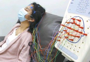 ?? Arlette Lopez / Shuttersto­ck ?? A woman undergoes brain mapping to study the neurologic­al effects of Covid-19.