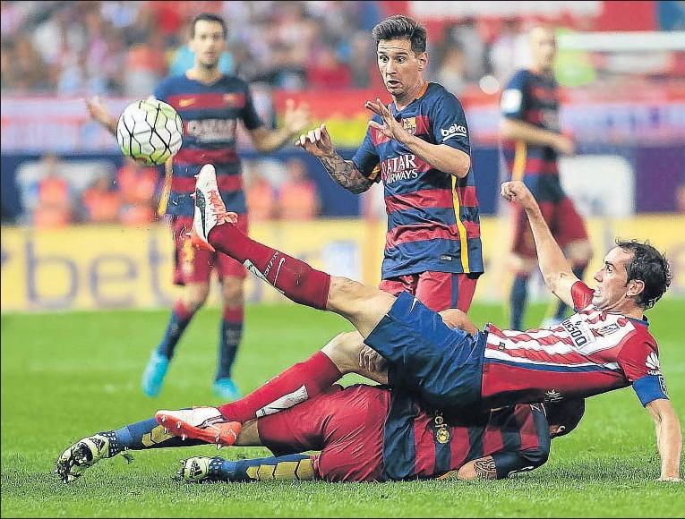 ??  ?? Godín intenta frenar una acción de Messi, que salió en la segunda parte y fue decisivo al marcar el gol del triunfo blaugrana
