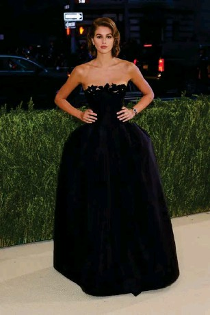 ?? (Getty) ?? The mode l wore a strap l ess Oscar de l a Renta gown