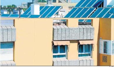 ?? EL DÍA ?? Edificios con placas solares.
