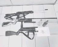 ??  ?? BAHAN BUKTI: Tiga laras senapang, dua botol cecair metanol dan 20 biji guli yang berjaya dirampas ketika serbuan di Sungai Liuk, Balingian kelmarin.