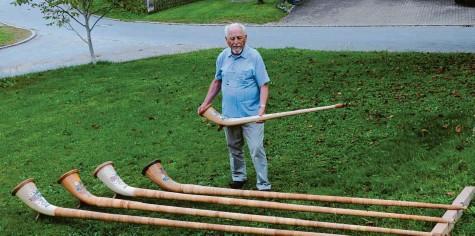 ?? Fotos: Marcus Angele ?? Zu seinem 60. Geburtstag bekam Adolf Beckel aus Oberrothan ein Alphorn geschenkt. Inzwischen baut er die Instrumente in seiner Schreinerei selbst.