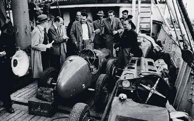 ??  ?? Los coches de los pilotos italianos llegaron a Barcelona en barco