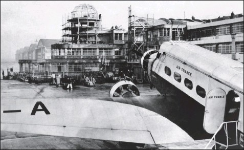 ?? DR/COLL. MUSÉE AIR FRANCE ?? Le Bourget et sa nouvelle aérogare en construction en 1937. Au premier plan le Wibault 283 F-ANBM Le Conquérant qui assure encore la desserte Paris-Londres.