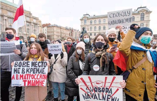 ?? Agence France-presse ?? Russian youth, living in Prague, hold banners during a protest in support of Russian opposition leader Alexei Navalny on Saturday.