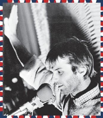 ?? FOTO ČTK ?? Martin Mejstřík na balkoně Melantrichu na Václavském náměstí (27. listopadu 1989)