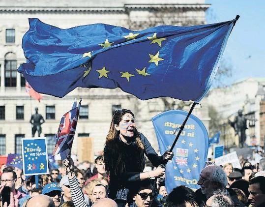 ?? ANDY RAIN / EFE ?? 60è aniversari. Milers de persones es van manifestar en diferents capitals europees per reivindicar el projecte de la UE, però va ser a Londres, amb el Govern de May preparant el Brexit, on hi va haver la mobilització proeuropea més gran