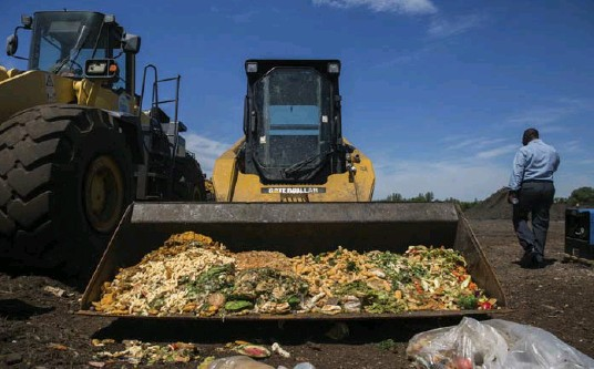 ?? JAKE NAUGHTON/THE NEW YORK TIMES ?? Food waste from public schools in New York City is being added to composting fields. The composting program aims to help the environmen­t and, critically, save money.