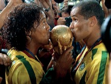??  ?? Top Ronnie with Brazil team-mates Ronaldo (left) and Roberto Carlos at a 2004 friendly against Ireland Above Kissing the World Cup trophy with Rivaldo after victory in 2002