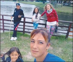 ?? FOTOS: GZA. MARTÍNEZ ?? AMORES. Alejandra pasaba tardes enteras con Leila y sus tres nietos.