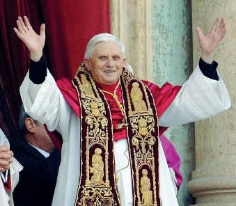 ??  ?? L'elezione Il 19 aprile 2005 il cardinale Joseph Ratzinger viene eletto Papa. Dal balcone di piazza San Pietro saluta i fedeli e si definisce «un semplice e umile lavoratore nella vigna del Signore» (Ansa)