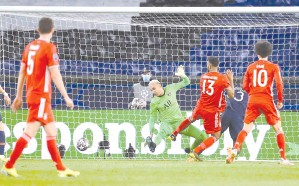?? - AFP photo ?? Paris Saint-Germain's Costa Rican goalkeeper Keylor Navas (2nd-L) misses the ball as Bayern Munich's Cameroonian forward Eric Maxim Choupo-Moting (3rd-R) scores the only goal at the Parc des Princes stadium in Paris.