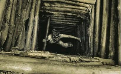 """??  ?? La fotógrafa y activista antiesclavista Lise Kristine saliendo del pozo de una de las minas de oro ilegales en Ghana:""""El aire era irrespirable""""."""
