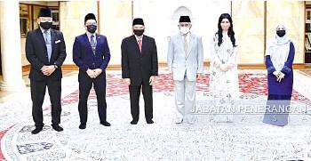 ??  ?? Taib (centre) and wife Toh Puan Datuk Patinggi Raghad Kurdi Taib, on his left, Nurlaila (right) and the LTH Sarawak team at Demak Jaya.