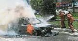 ??  ?? 消拯人員迅速撲滅轎車的火勢。
