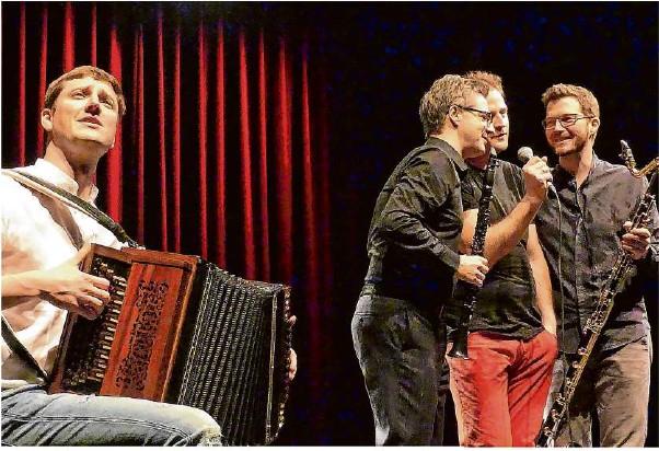 ?? Foto: Sabine Ackermann ?? Das Quartett Faltenradio reißt die Besucher im Alten E-Werk in Göppingen mit seinem stilistischen Mix aus Klassik, Klezmer, alpenländischer Volksmusik und Jazz von den Sitzen.