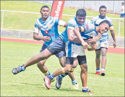 ?? Picture: BALJEET SINGH ?? Petero Tuisigalal­a in control for Nasinu Seconday School Panthers against QVS during the secondary schools rugby league clash at Churchill Park in Lautoka last Saturday.