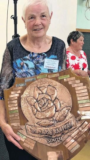 ?? PHOTOS: GILLIAN VINE ?? Winner . . . North Otago Rose Society president Christine Schaffer holds the South Island Rose Ranfurly Shield her club won last year.