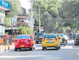 ?? Fotos Luis Alfredo Estévez / La Opinión. ?? Carros mal parqueados en frente de los restaurantes reducen el carril y obstaculizan el paso. /