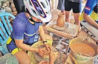??  ?? En el local de la Asociación de Artesanos Aregüeños los alfareros realizaron una demostración de las técnicas de sus labores.