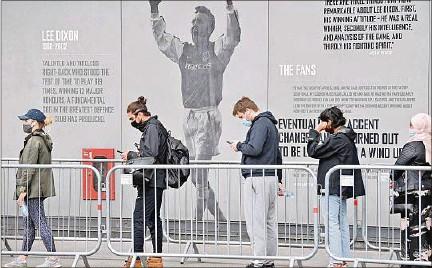??  ?? LONDRES. Larga cola en el estadio del club de fútbol Arsenal, convertido en centro de vacunación temporal contra el coronavirus.