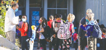 ?? GAVIN YOUNG FILES ?? Students at Mayland Heights School head back to school Sept. 1, the first day for Calgary Board of Education students returning to classes amid the COVID-19 pandemic.