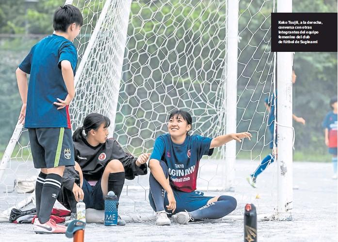 ?? Shiho Fukada/nyt ?? Koko Tsujii, a la derecha, conversa con otras integrantes del equipo femenino del club de fútbol de Suginami