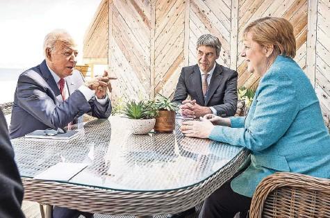 """?? FOTO: GUIDO BERGMANN/DPA ?? """"Ein außerordentlich kooperatives und produktives Treffen"""": Bundeskanzlerin Angela Merkel (CDU) und US-Präsident Joe Biden sitzen am Rande des G-7-Gipfels mit ihren Beratern zusammen."""