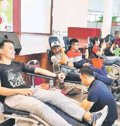 ??  ?? Volunteers from Miri Hospital's Blood Transfusion Unit attend to the blood donors during SOPB's donation drive at Boulevard Shopping Mall in Miri.