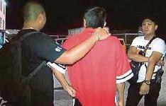 ??  ?? LELAKI berusia 50-an (tengah) yang ditahan polis dipercayai membakar mercun di Stadium Hang Jebat, Krubong, Melaka.