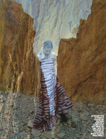 ??  ?? AJE RESORT '17/'18 AT STANDLEY CHASM IN THE NORTHERN TERRITORY, A SACRED TRIBAL AREA WHERE THE LABEL CHOSE TO SHOOTP ARTO F A FILM PAYING TRIBUTE TO ARTIST MINNIE PWERLE.