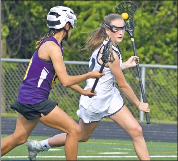 ?? PHOTO BY BILL GATES ?? A push is starting to make helmets, like the one worn here by a Loch Raven player, mandatory in girls lacrosse.