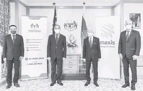 ??  ?? UNTUK ALBUM: Wan Junaidi (dua kiri) bersama pegawai kanan Maxis bergambar kenangan bersama.