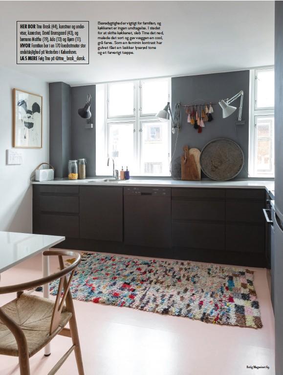??  ?? HER BOR Tine Brask (44), kunstner og underviser, kaeresten, David Brunsgaard (43), og børnene Malthe (19), Ada (13) og Bjørn (11). HVOR Familien bor i en 170 kvadratmeter stor andelslejlighed på Vesterbro i København. LAES MERE Følg Tine på @tine_brask_dansk. Baeredygtighed er vigtigt for familien, og køkkenet er ingen undtagelse. I stedet for at skifte køkkenet, sleb Tine det ned, malede det sort og gav vaeggen en cool, grå farve. Som en feminin kontrast har gulvet fået en laekker lyserød tone og et farverigt taeppe.