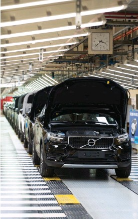 ??  ?? Vanligtvis rullar över 1000 bilar dagligen ut från Volvos fabrik i Gent. I dag står fabriken still som följd av coronaviruset. Dagen före produktionsstart var det ännu en hel del kvar att trimma in i batteriprocessen.