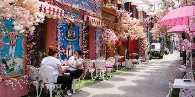 ?? Foto: dpa/Socrates Baltagiannis ?? Bald dürfen deutsche Touristen auch wieder dieses Café in der griechischen Hauptstadt Athen besuchen.