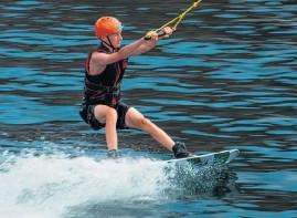 ??  ?? sebastian Håkansson tyckte wakeboard var roligt och provar gärna igen.