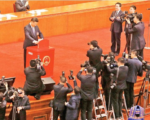 ??  ?? Xi casts his ballot during a vote on a constitutional amendment lifting presidential term limits, at the third plenary session of the National People's Congress (NPC) at the Great Hall of the People in Beijing. — Reuters photo