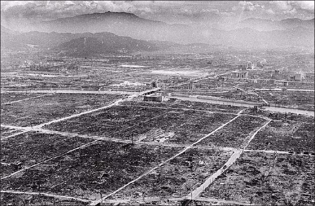 ??  ?? Bomben sank gennem gennem i luften i 53 sekunder, inden den landede og smadrede 70 procent af Hiroshimas bygninger på et øjeblik. En radius på omkring 1,6 km udgjorde epicenteret, mens en ildstorm spredte sig ud over yderligere 12 km af byen og raserede det meste liv.