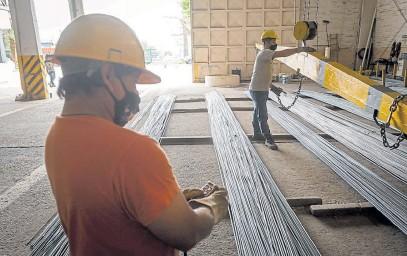 ?? IGNACIO BLANCO / LOS ANDES ?? CONSTRUCCIÓN. Algunos materiales podrían reaccionar rápidamente a los incrementos del dólar en el mercado informal.