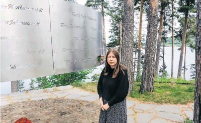 ?? [ Sigrid Harms/picturedesk.com ] ?? Zehn Jahre nach dem Massaker. Eine Überlebende des Attentats vor einer Gedenktafel für die Ermordeten.