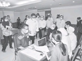 ?? — Gambar JaPen ?? MERI SUKUNG: Abang Johari disempulang Uggah beratika entara baka Kaban Kunsil Nengeri (ADUN) ngerejista penatai ba kaunter pengerejista sebedau nerima tuchuk vaksin COVID-19 nengah Program Imunisasi COVID-19 Nengeri Sarawak, kemari.