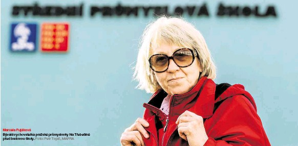 ??  ?? Bývalá vychovatelka pražské průmyslovky Na Třebešíně před budovou školy. Foto: Petr Topič, MAFRA Marcela Fujáková