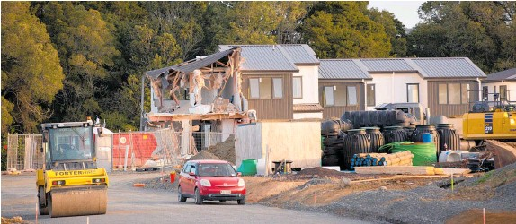?? Photo / Sylvie Whinray ?? The townhouse in the Flat Bush housing development was damaged by a digger. The rebuild cost could be up to $300,000.