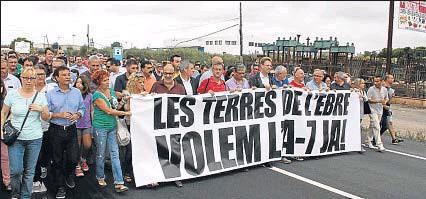 ?? FERRÀS, ANNA / ACN ?? El corte de la circulación, en protesta por los accidentes, se produjo a la altura de Camarles