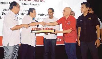 ??  ?? RAZALEIGH (dua dari kanan) memberi cenderamata penghargaan kepada Timbalan Menteri Kesihatan, Datuk Seri Dr Hilmi Yahaya (dua dari kiri) sempena pelancaran YouCanDUit peringkat negeri, semalam.