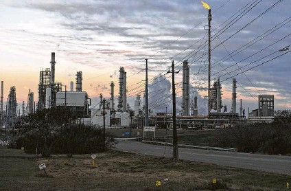 ?? Eddie Seal / Bloomberg ?? A Valero Energy Corp. refinery in Corpus Christi. The freezing rain and subfreezin­g temperatur­es across the U.S. Gulf Coast last week led to the shuttering of four of the largest refineries in Texas. Oil settled at $61.49 Monday, the highest close in 13 months.